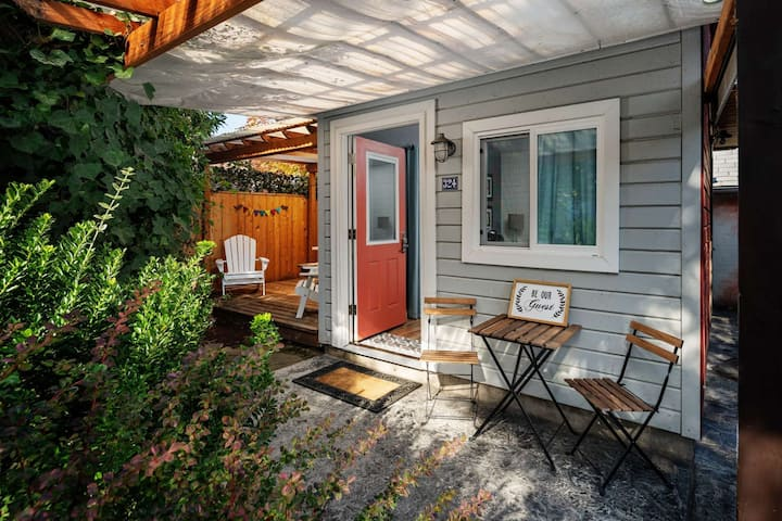 Southwest Portland Tiny House - Near The MAX, Walk-able To Many Restaurants, Bars, One Block to Par