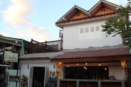 左岸小筑 Frangipani inn明亮舒适干净的两张床标准房 - 琅勃拉邦