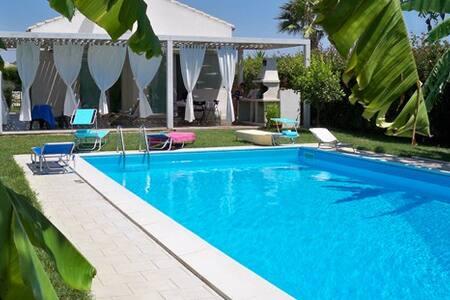 Villa con piscina, giardino privato - シクリ - 別荘