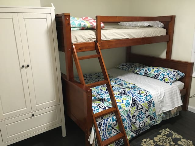 Clean and reliable room A. 5 mnt from LGA airport