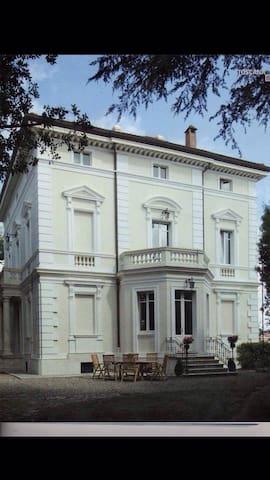 Elegante stanza in appartamento in Dimora Storica - Siena - Villa