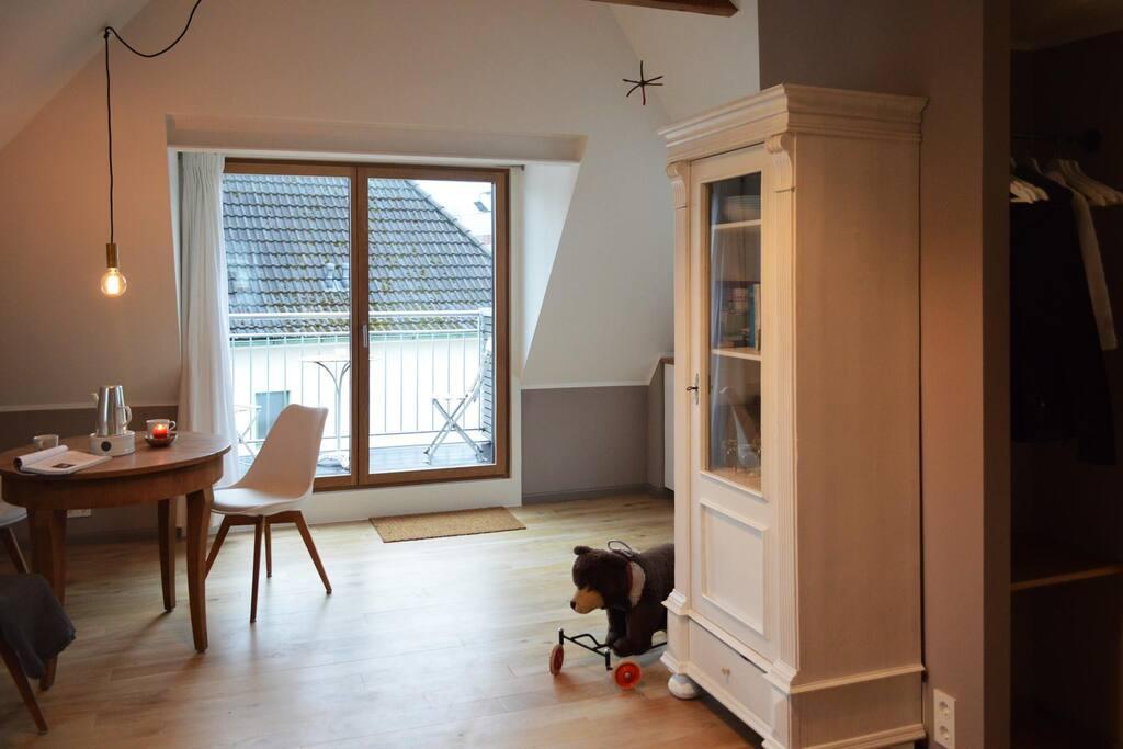 Wohnraum mit Blick auf den Balkon