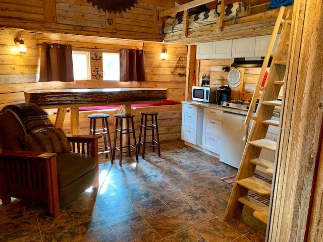*Peaceful*~Rustic Cabin on Ocean View Property