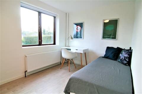 Nyt værelse med lækkert bad og kontorplads.