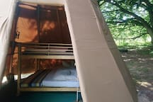 Blick in Tipi mit Doppelstockbett, 140er Matratzen oben und unten