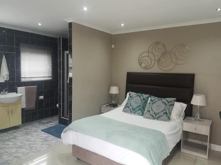 Cranwell Place - Cosy, Central En-Suite Room