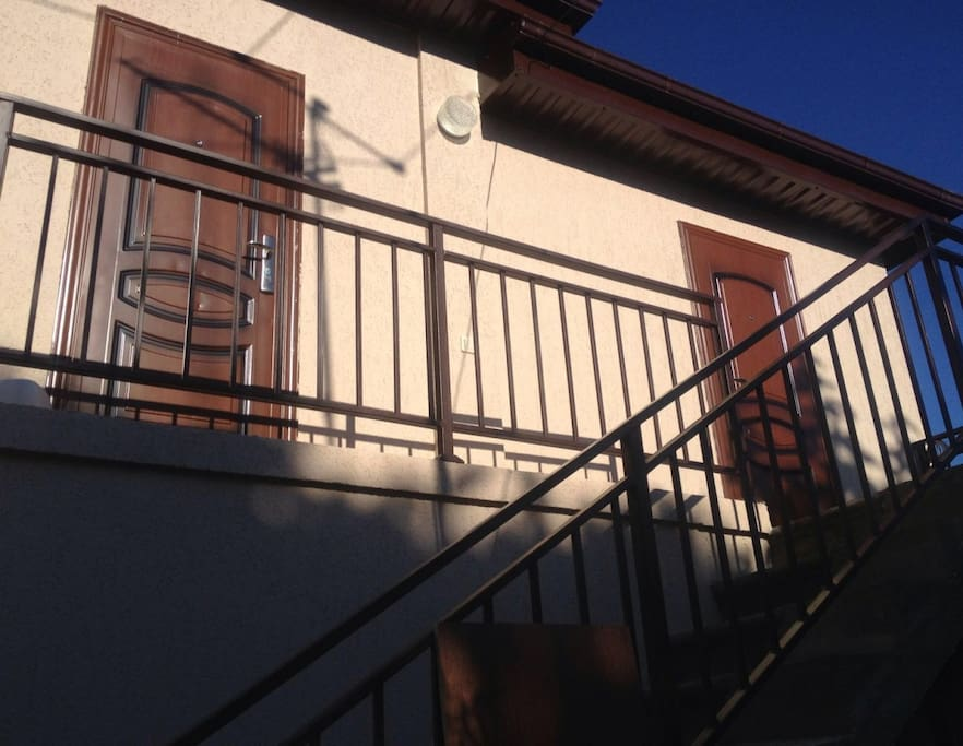 Отдельный вход в гостевой домик, а также отдельные входы в комнаты для удобства