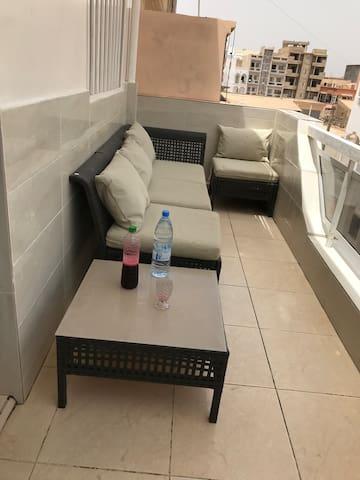 Balcon du salon avec salon de jardin 4 places et table. Vue sur le quartier. Dimensions: 8 m2