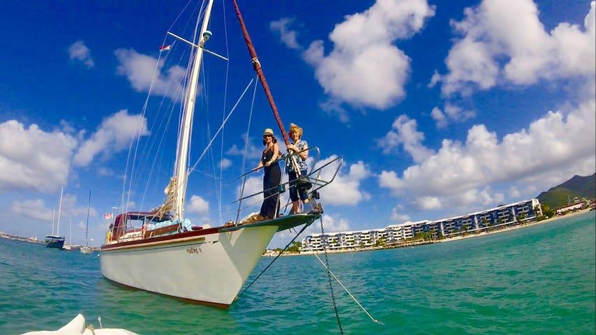 Yacht C'est La Sea Q Berth Starboard   1-2 Persons