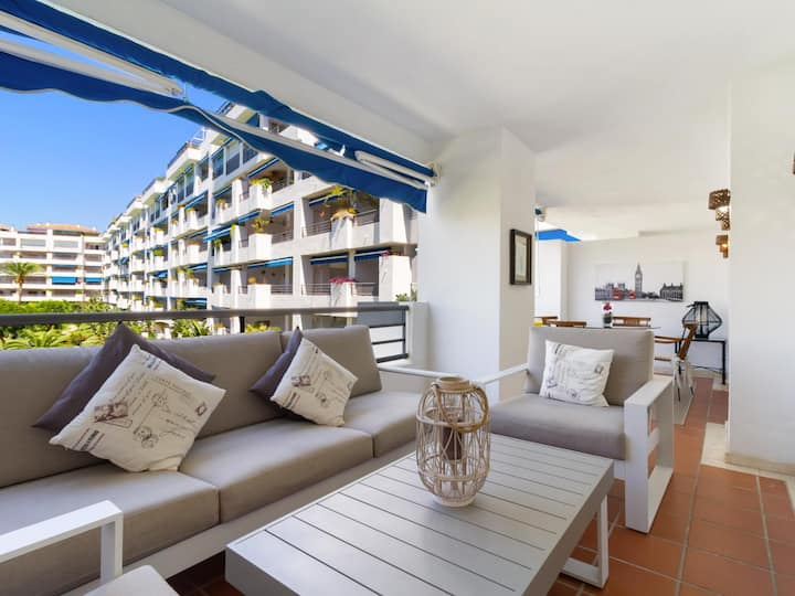 Apartment with parking, wifi and swimming pools in the center of Puerto Banus .