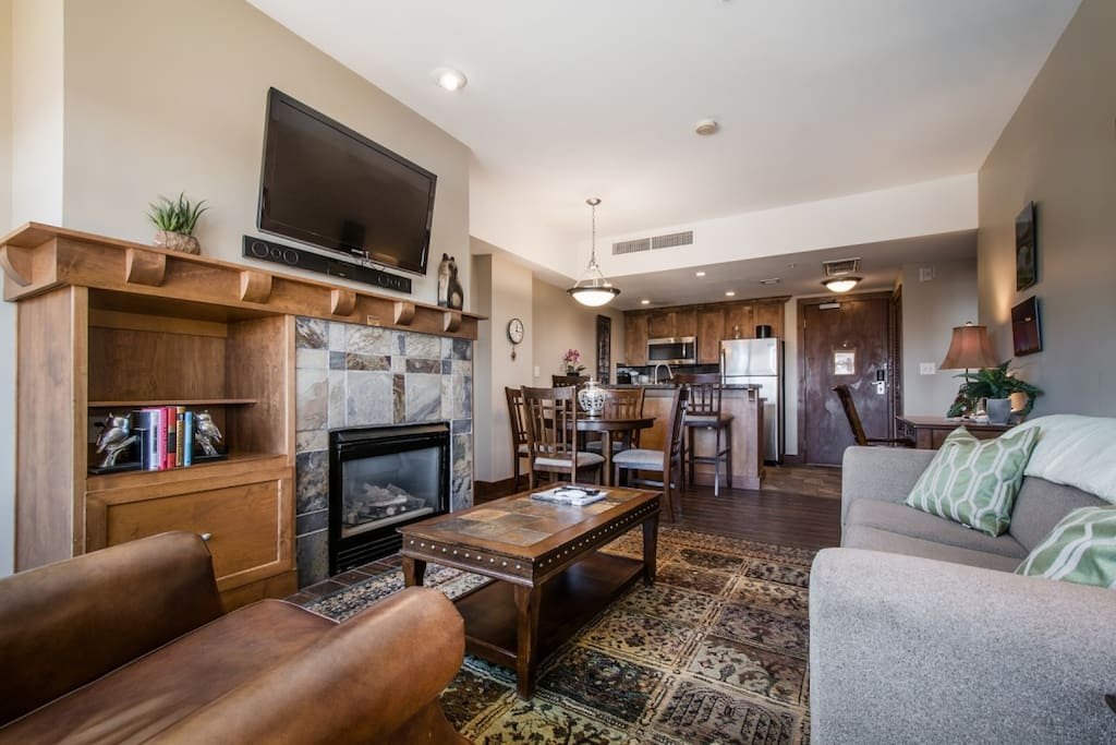 """The living room is comfortably equipped with a large plush couch, fireplace, a Samsung 39"""" HDTV, Toshiba Surround Sound System & Blu-Ray player."""