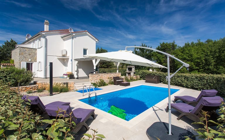Beautiful holiday house with pool for 5 persons