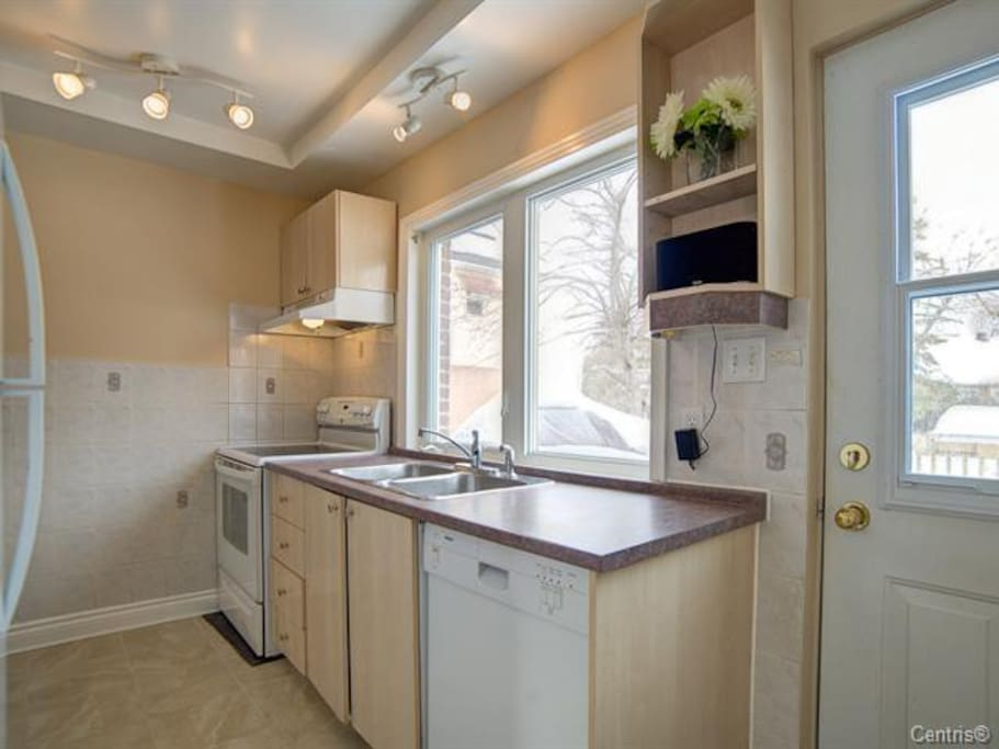 Spacious clean full kitchen