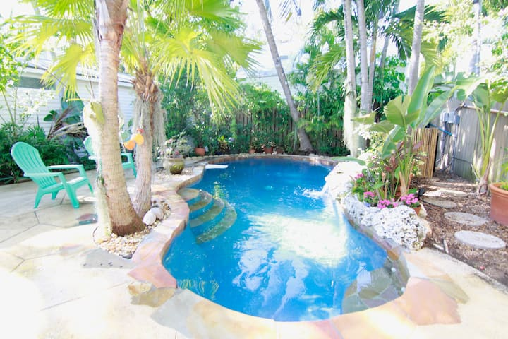 Private Pool Cottage, great Old Town location!