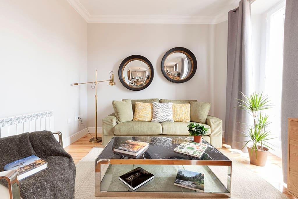 "Zona de salón con sofá tres plazas, butaca y tV 49""; Netflix incluído."