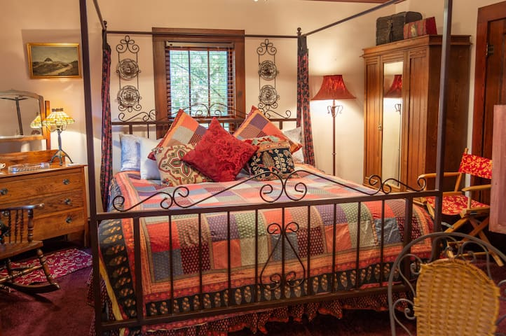 Robert Louis Stevenson's Suite - Cliff Cottage Inn