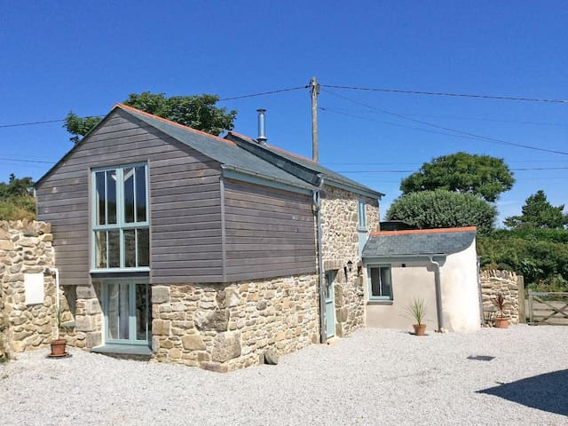 HAY LOFT, pet friendly, with open fire in Camborne, Ref 959737