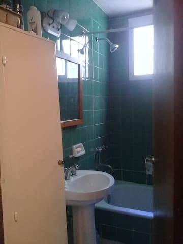 Habitación privada, cocina, baño, lavadero, sala.