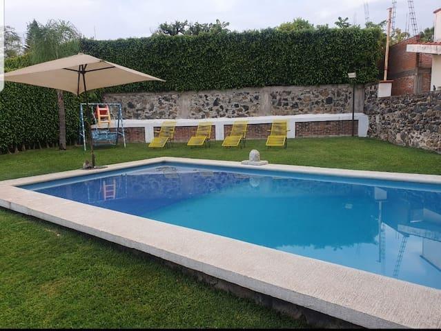 Casa de descanso con alberca, en Lomas de Cocoyoc.