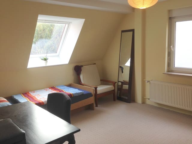 private room in central location near fair ground - Frankfurt am Main - Huis