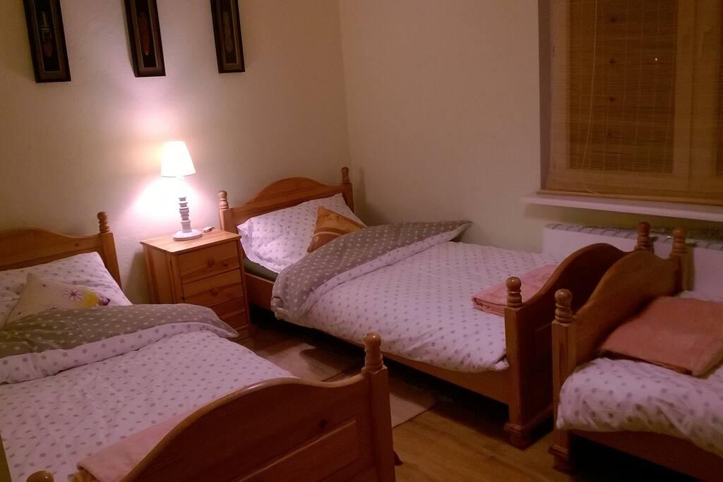 Druga sypialnia, trzy pojedyncze, solidne i wygodne łóżka, szafa i dwie  komody.