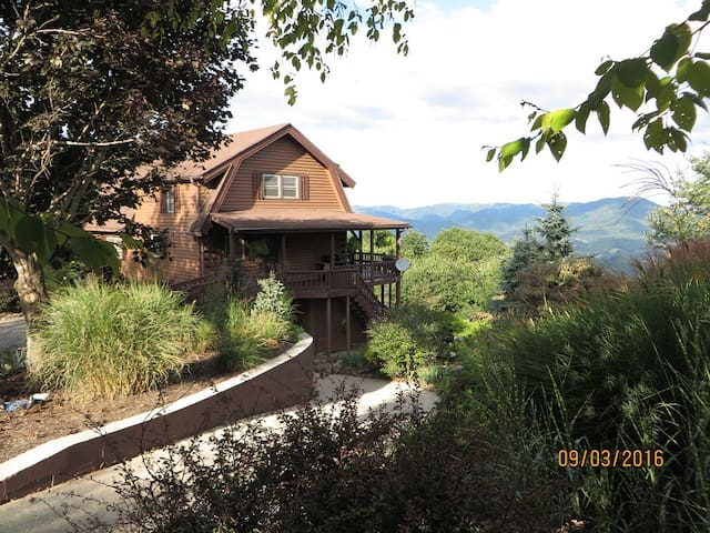 Top of the Mountain- Beautiful Pond & Easy Access