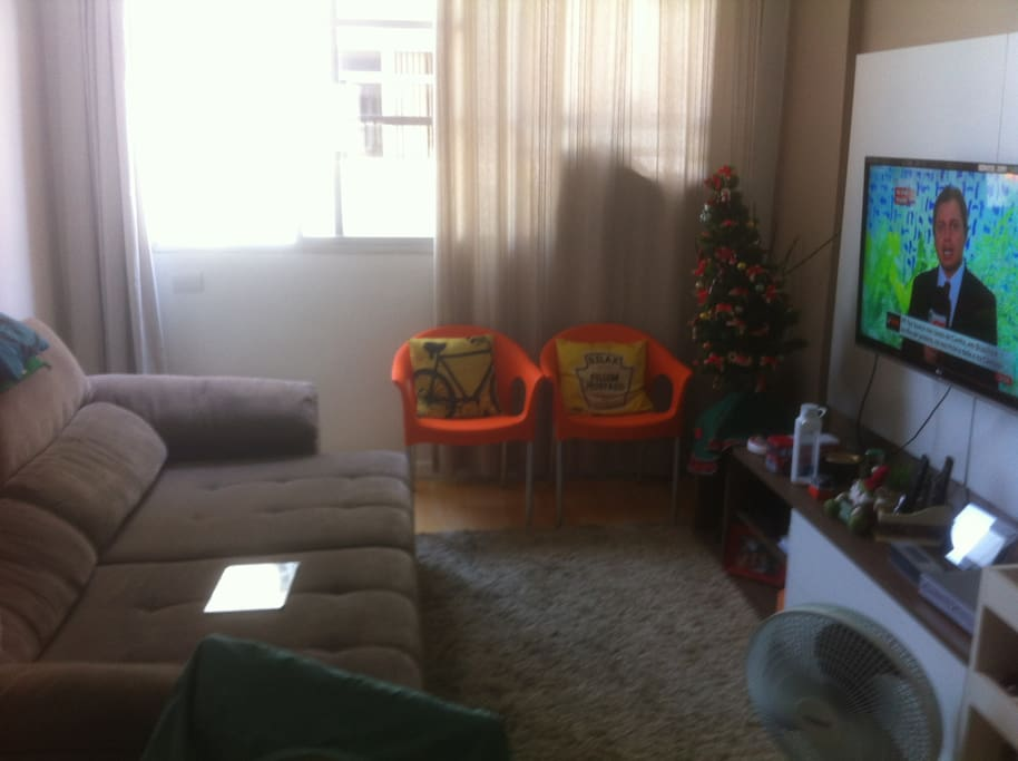 Sala com um excelente sofácama e tv a cabo