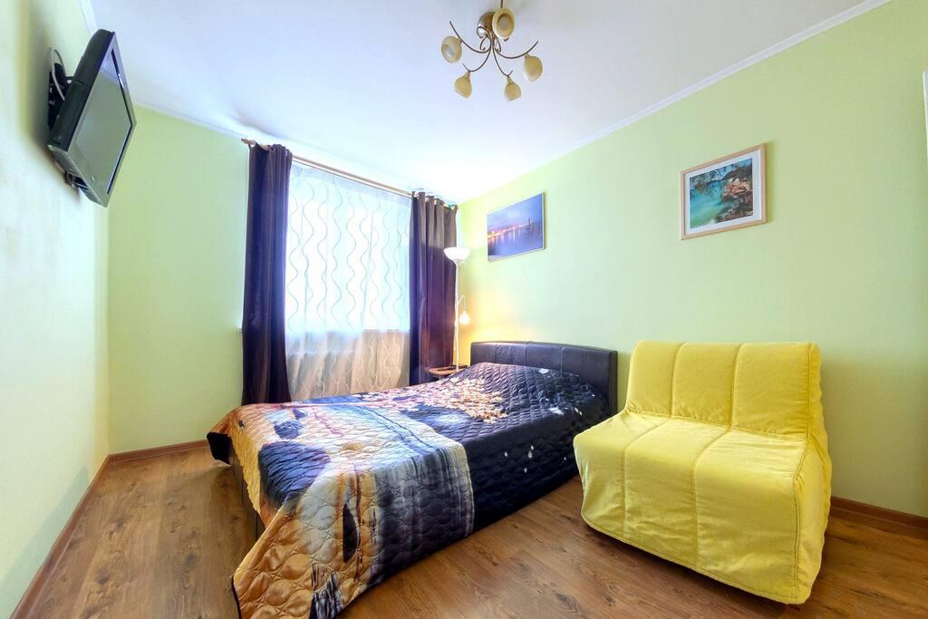 В спальне: кровать с матрасом средней жёсткости (200х160) и односпальное кресло-кровать IKEA