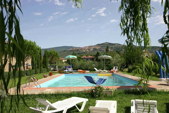 Beautiful holiday home with view over Cortona in beautiful surroundings