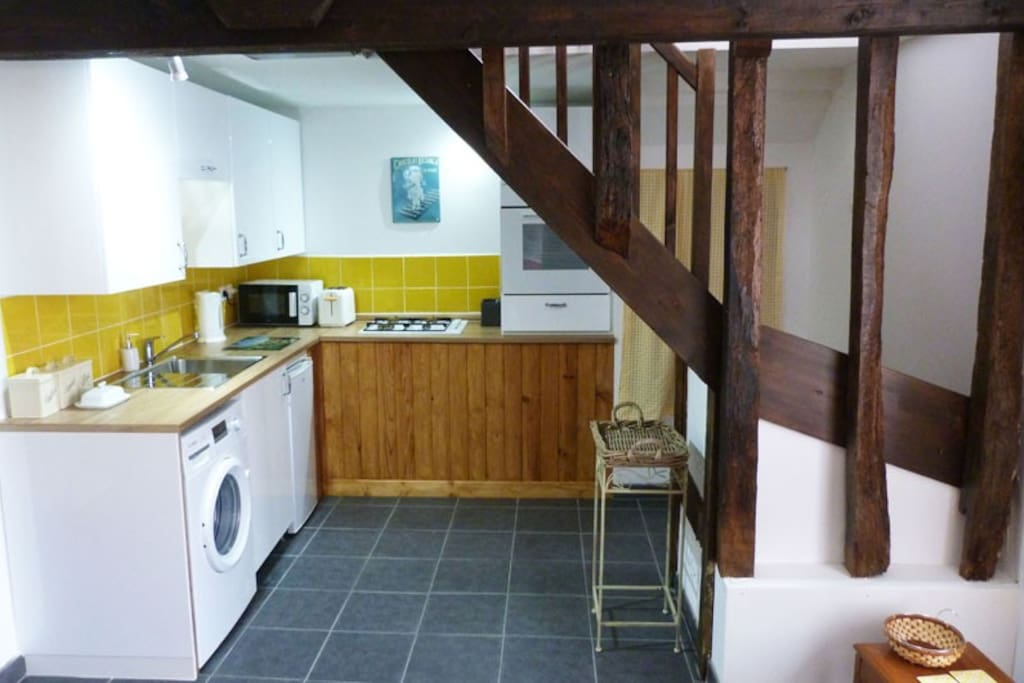 Fully fitted kitchen with washing machine