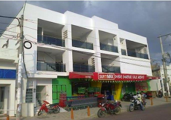 Supermercado en el primer piso del edificio.