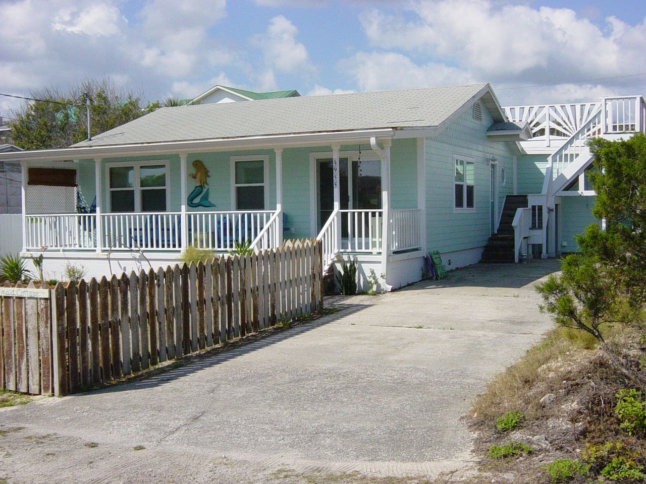The quintessential beach cottage, fenced yard, free parking