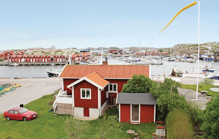 Holiday cottage with 2 bedrooms on 81 m² in Rönnäng