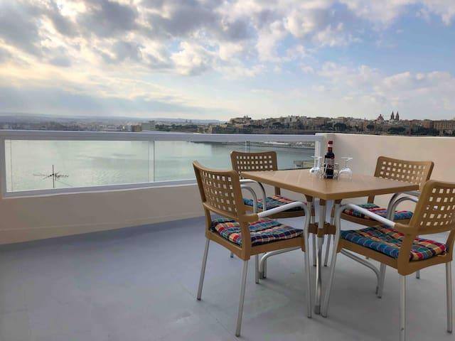 Harbour Seaviews & roof terrace in Senglea House