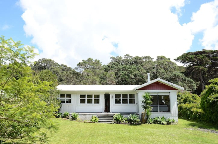 A Kiwi Classic - beautiful bach in Whangateau