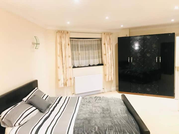 Immaculate 5-Bed House in Uxbridge