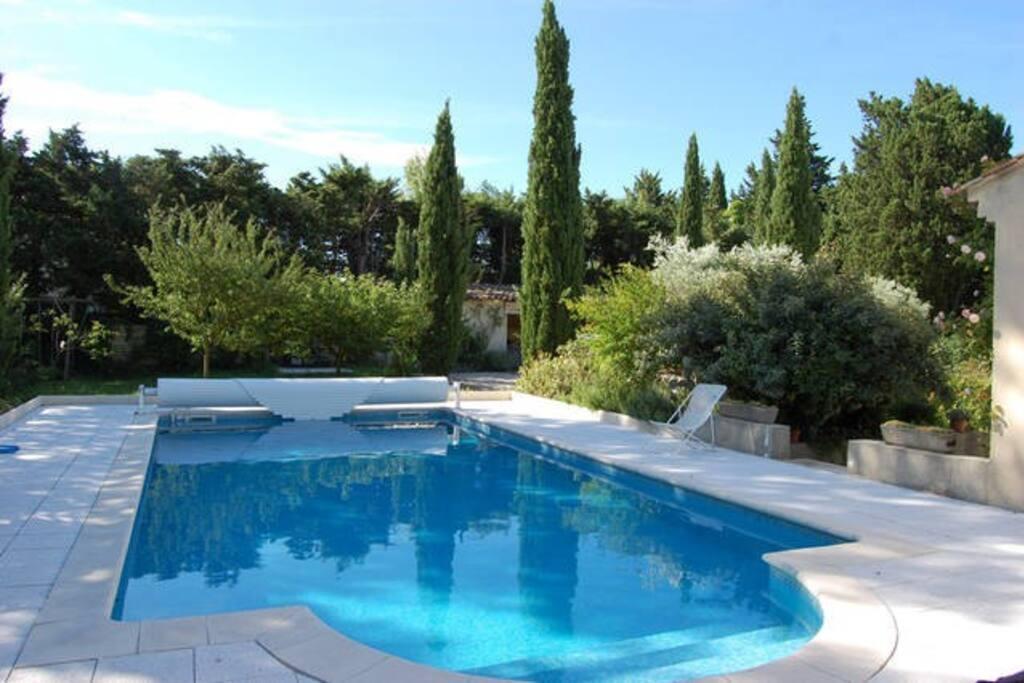 Vous avez accès à la grande piscine plein sud, avec de nombreux transats qui viennent d'être changés.