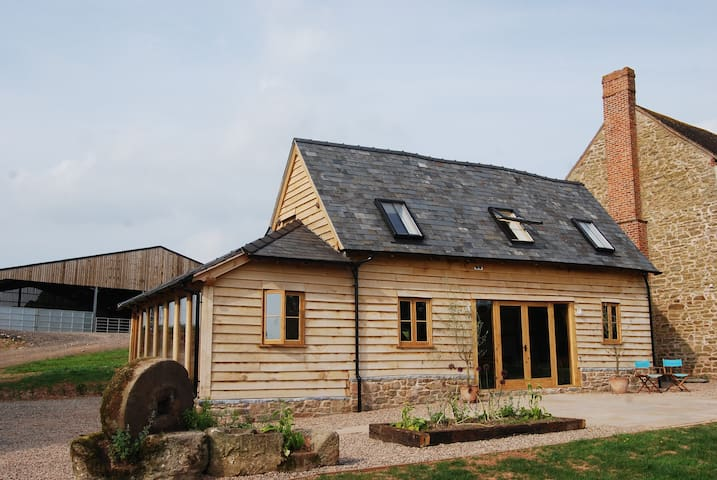 Super Stylish Barn, family friendly, Sleeps 6+Dog