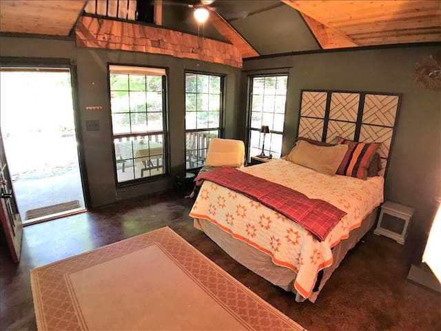 Hyde Hollow Cabin*, Wooded Location Close to Town, Live Spring, Decks, Private Parking