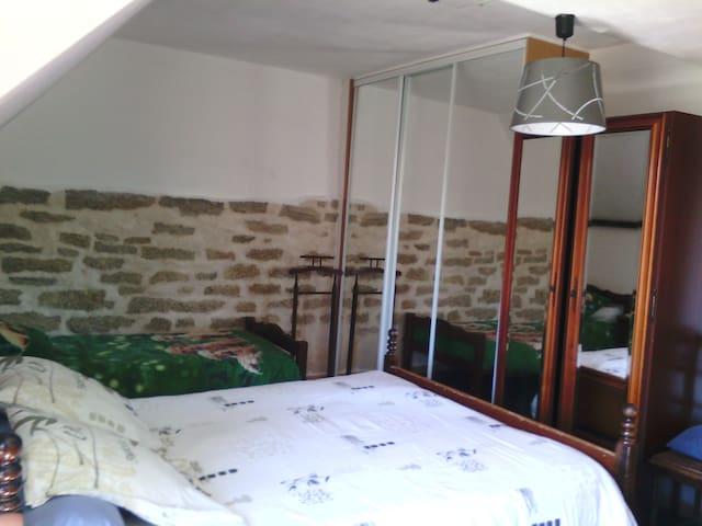 chambre 2 : 1 lit en 140 et un lit en 90