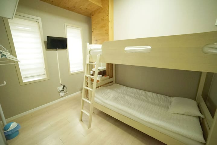 YOLO Guest House (Triple 1) - Myeong dong