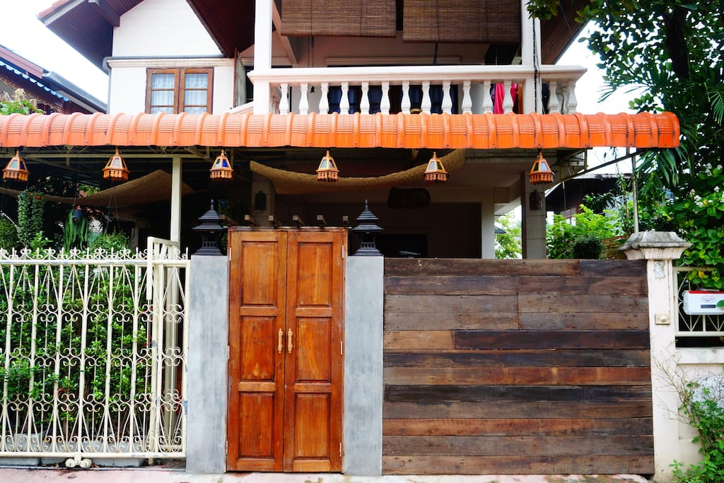 Yim自己设计的前门景观,很简单,但意义非凡。