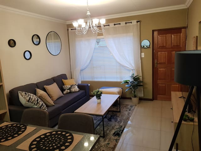 1 Bedroom modern Townhouse with WIFI and 2 TV's