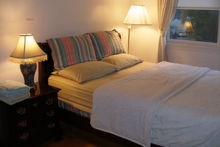 Queen and Twin Beds in Two Rooms - House