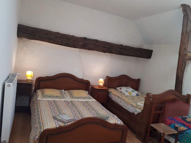 Le lit double en 140 et un lit bateau (113 x 185), dans La chambre de 4 lits à l'étage