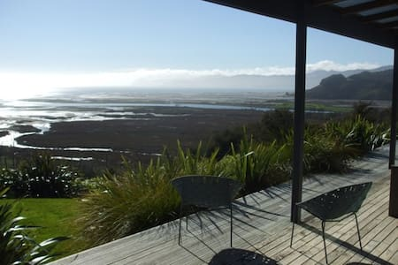 Peaceful home with wonderful views - Rangihaeata - Hus