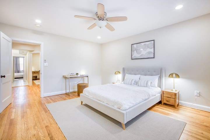 Spacious Queen Room at Hill East