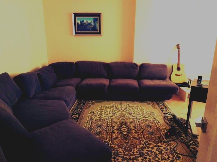 Большой диван из гостевой комнаты
