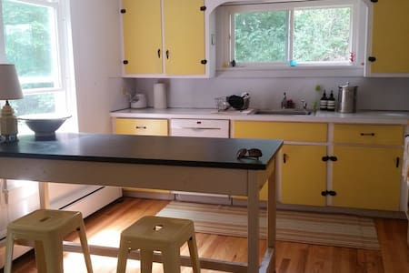 Williamstown: entire 2BR/2BA, in-town, Berkshires - Williamstown - Huis
