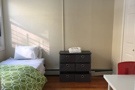 Homey private room in the heart of Allston Village - Boston